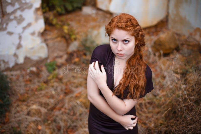 哀伤的红发女孩、悲伤和忧郁的画象在她的眼睛 库存照片