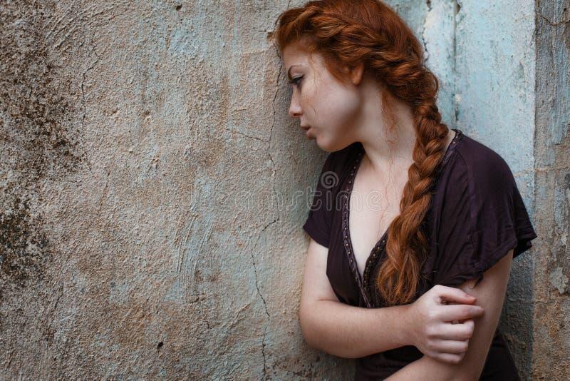 哀伤的红发女孩、悲伤和忧郁的画象在她的眼睛 免版税库存图片