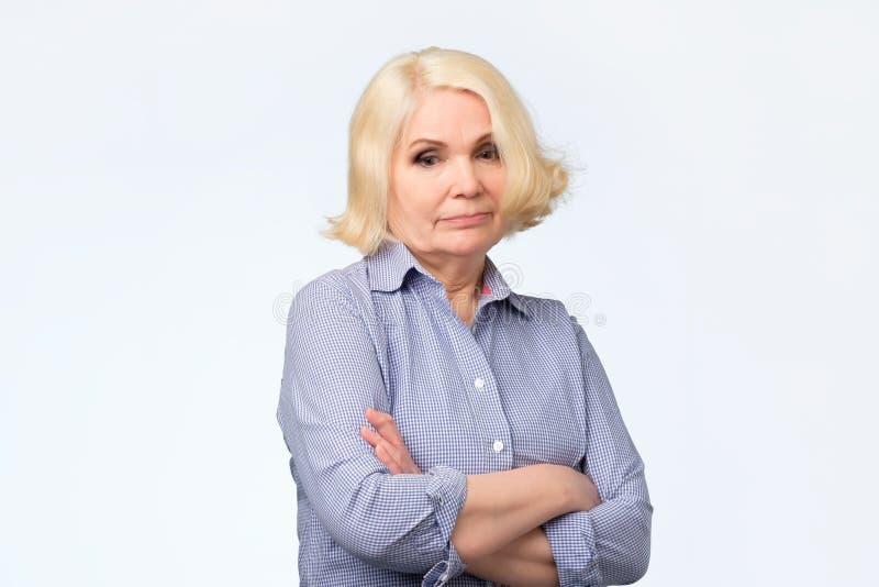 哀伤的美丽的年迈的金发碧眼的女人欧洲妇女 演播室射击 免版税库存图片