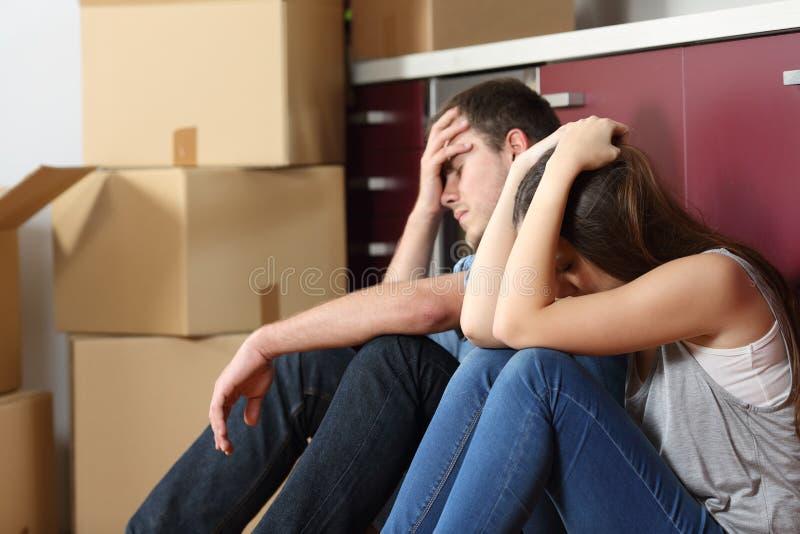 哀伤的被赶出的夫妇担心的移动的房子 免版税库存照片