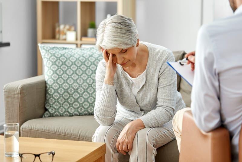 哀伤的资深妇女患者和心理学家 库存照片