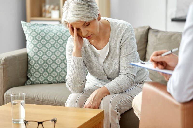 哀伤的资深妇女患者和心理学家 免版税库存图片