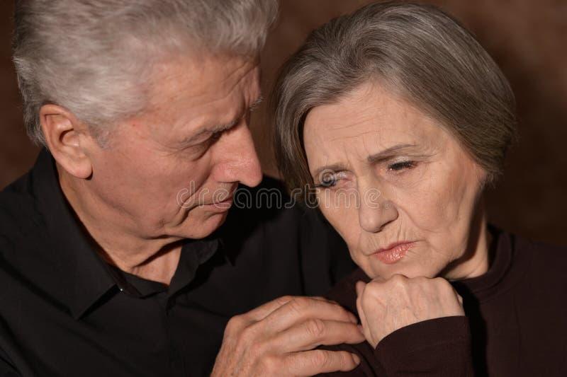 哀伤的长辈夫妇 免版税库存照片