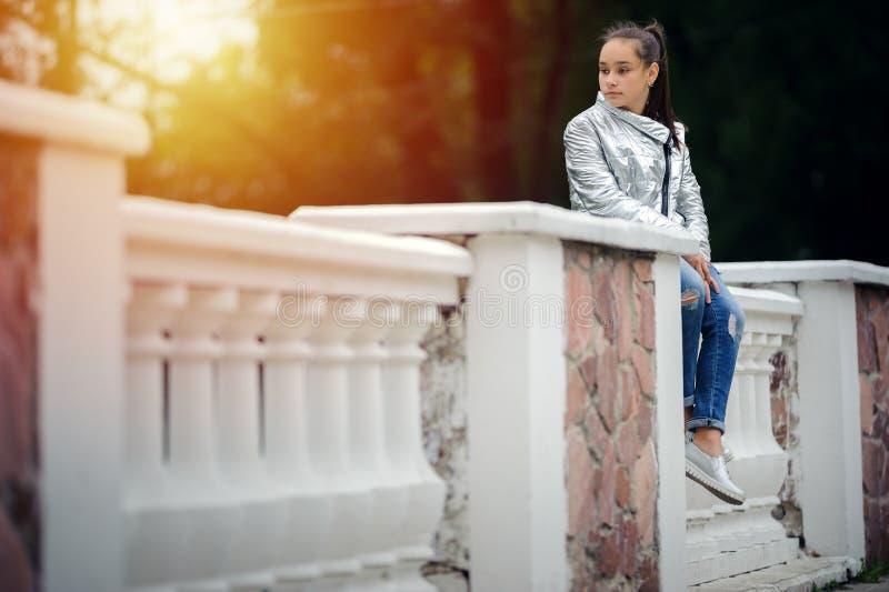 哀伤的青少年的女孩是哀伤的在公园 库存图片
