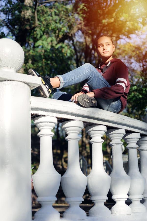 哀伤的青少年的女孩是哀伤的在公园 免版税库存照片