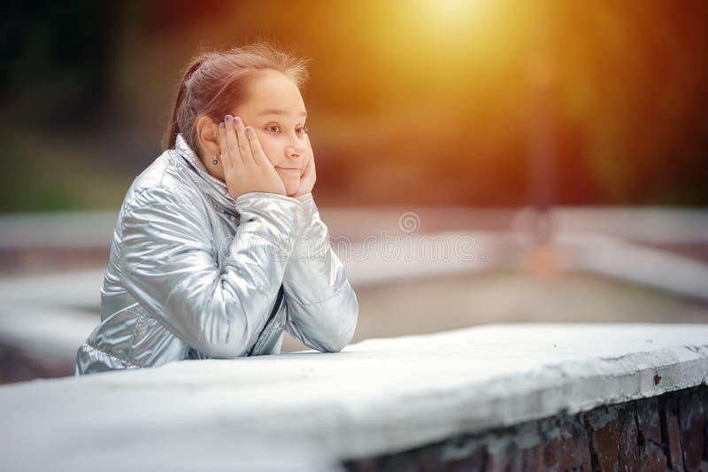 哀伤的青少年的女孩是哀伤的在公园 库存照片