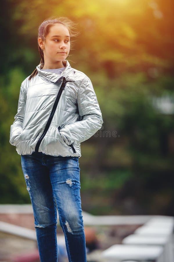 哀伤的青少年的女孩是哀伤的在公园 图库摄影