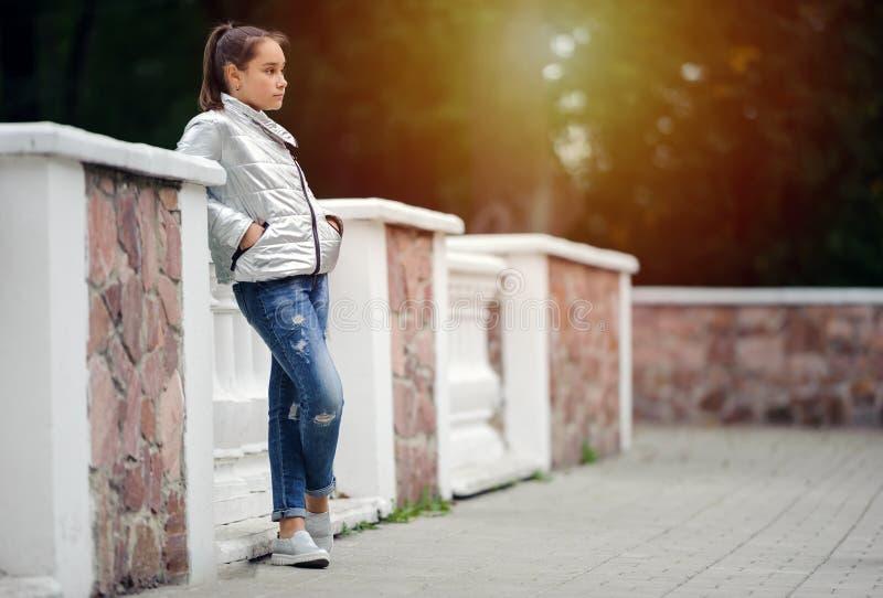 哀伤的青少年的女孩是哀伤的在公园 免版税图库摄影