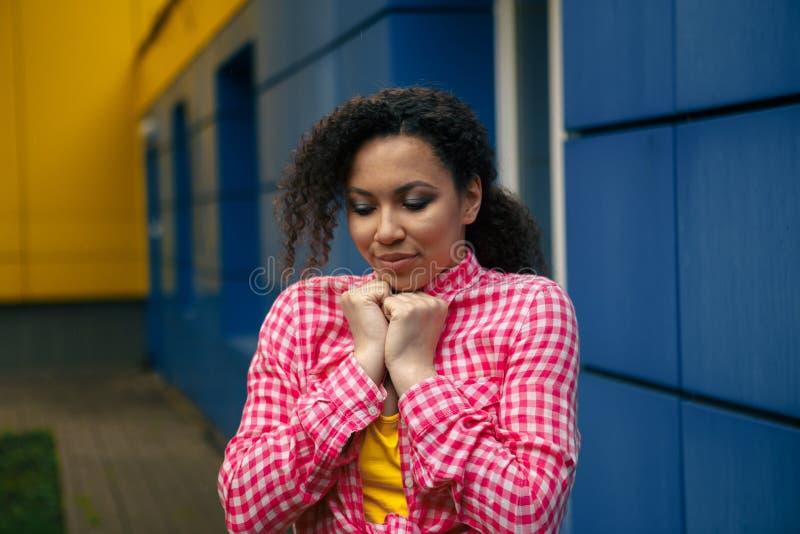 哀伤的非裔美国人的女孩坐窗台和看 库存照片
