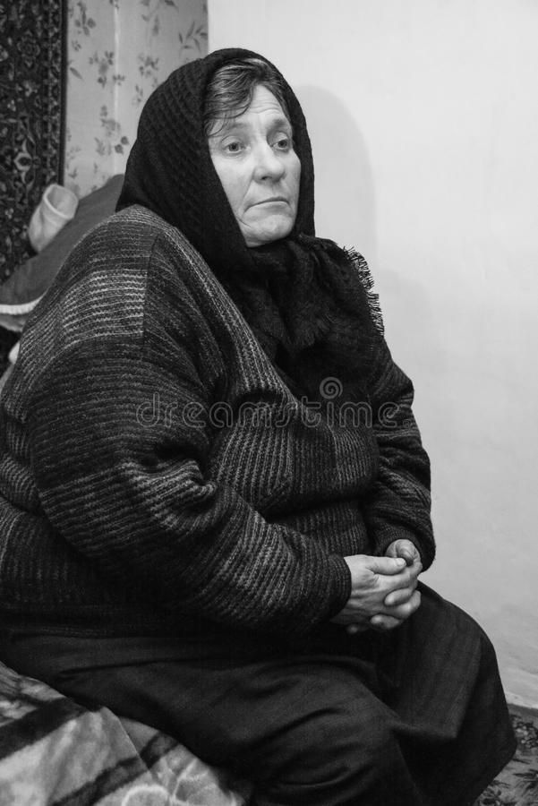 哀伤的高级妇女 免版税库存照片