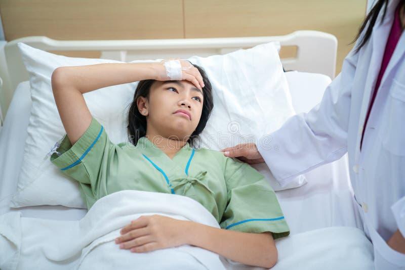 哀伤耐心的夫人和哭泣住院病人室 免版税库存照片