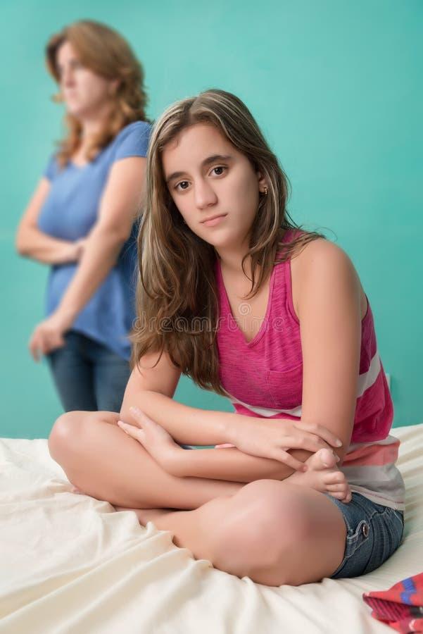 哀伤青少年在战斗与她担心的母亲以后 免版税库存照片