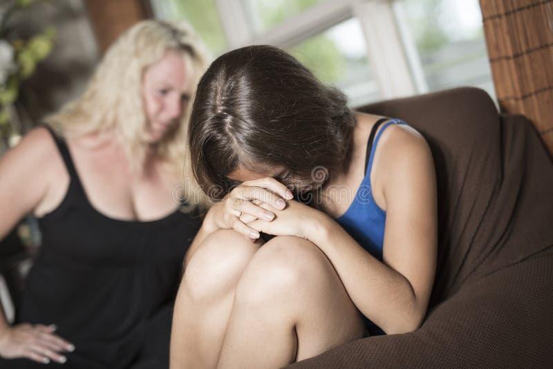 哀伤青少年在沙发在家有某一坏片刻 库存照片