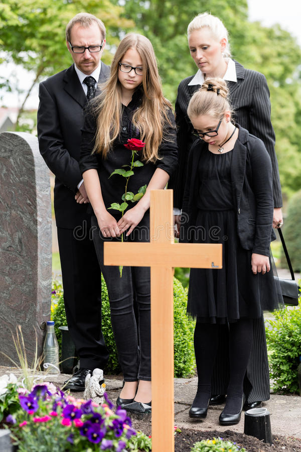 Download 哀悼在公墓的坟墓的家庭 库存图片. 图片 包括有 哀悼, 女儿, 子项, 系列, 坟园, 白种人, 母亲 - 59102361