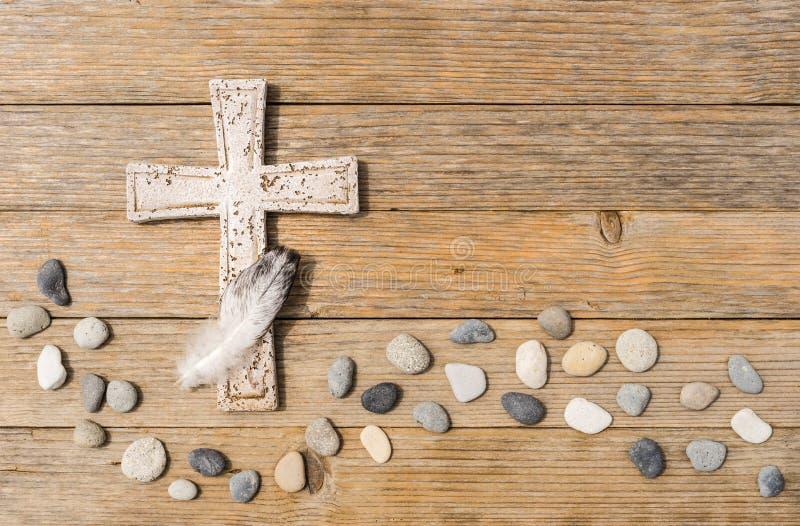 哀悼的背景-十字架、石头和羽毛讣闻的 免版税库存照片