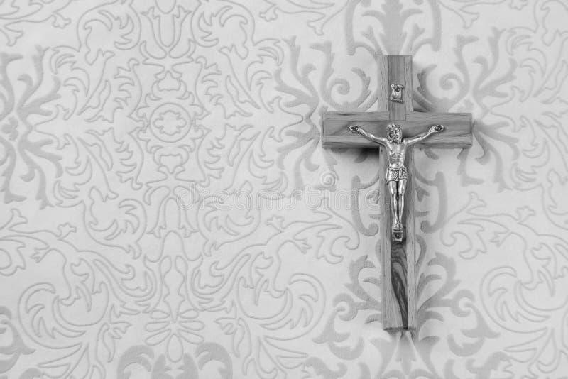 哀悼:在灰色装饰品背景的十字架 免版税库存照片