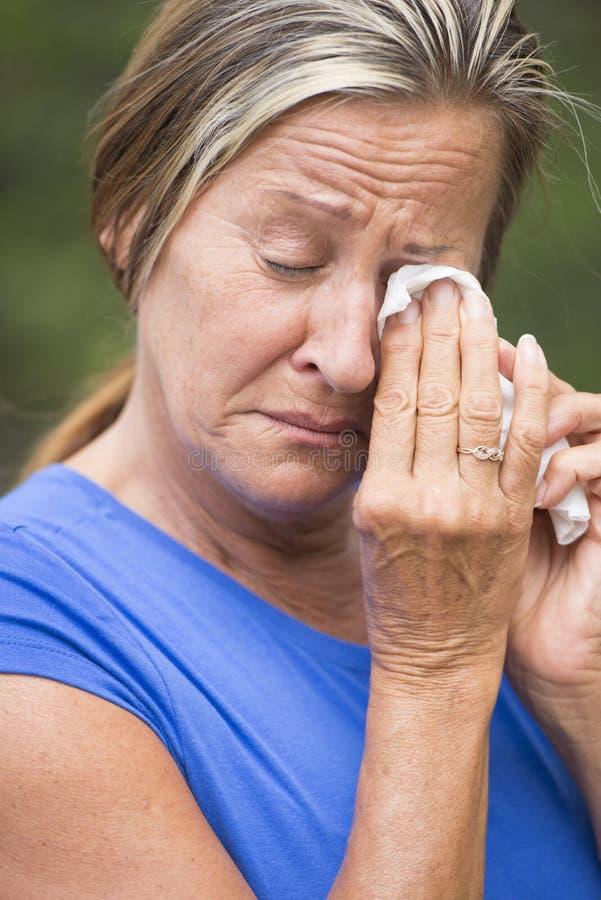 哀情和消沉的Stressed哭泣的妇女 免版税库存图片