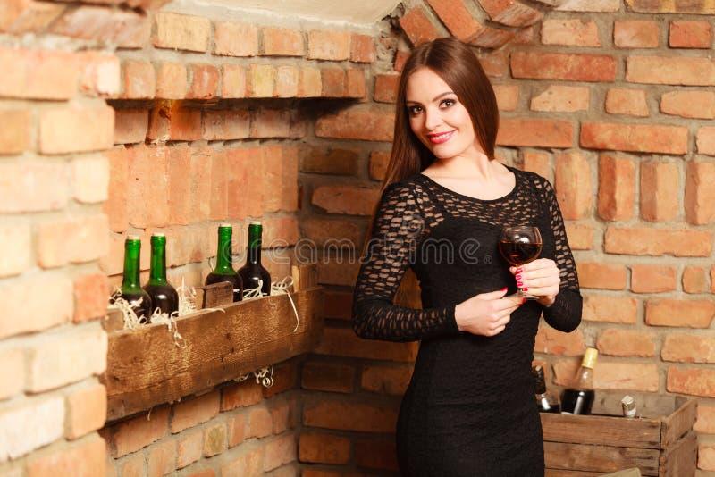 品尝在农村村庄内部的妇女酒 免版税库存图片