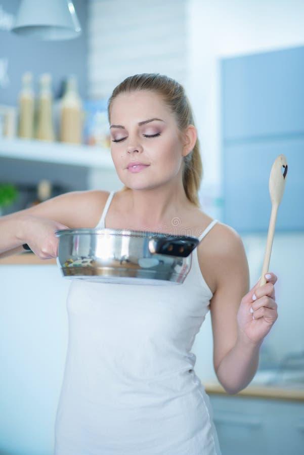 品尝她烹调的气味少妇 库存图片