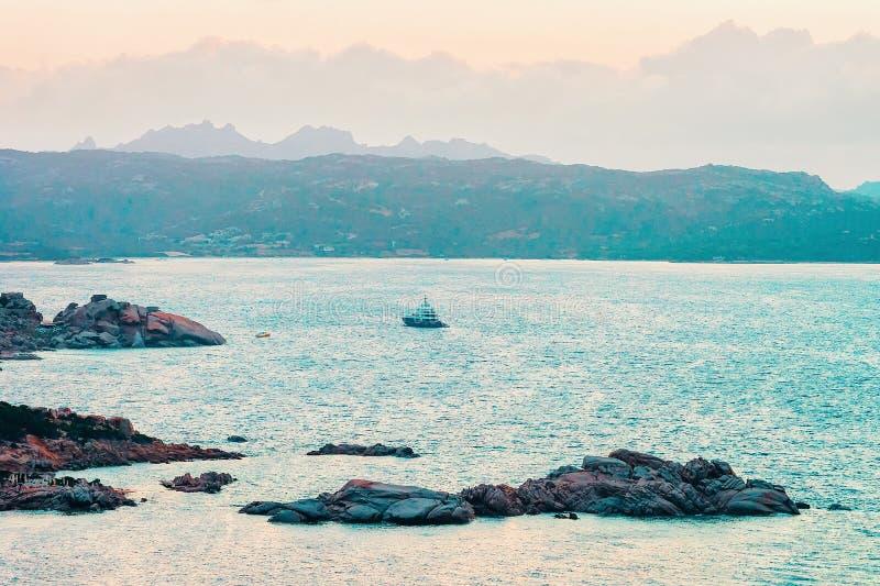 品柱耶老岛在地中海科斯塔Smeralda意大利 免版税图库摄影