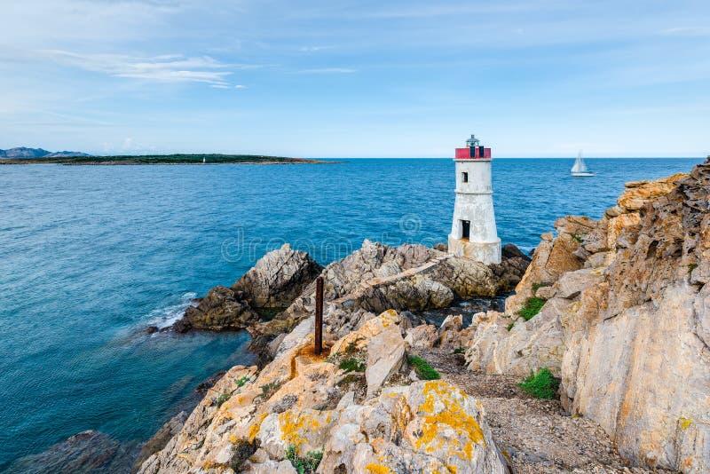 品柱耶老岛的灯塔在撒丁岛,意大利 免版税图库摄影