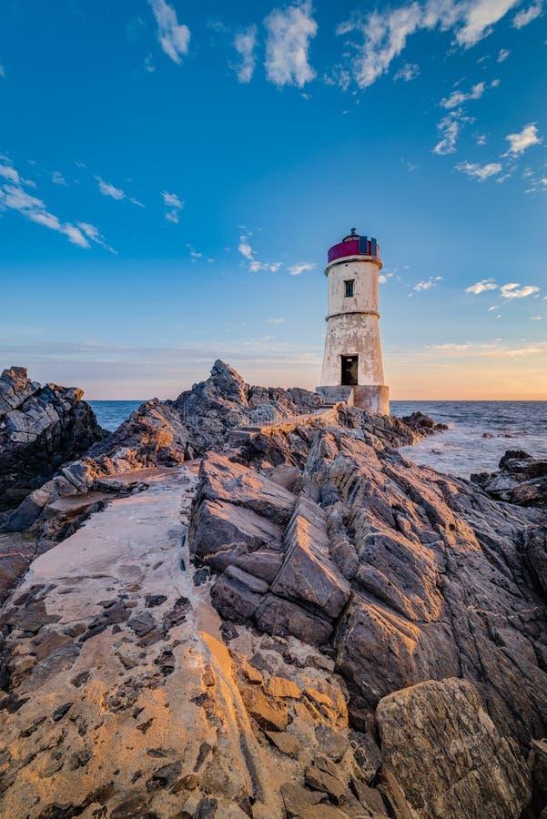 品柱耶老岛的灯塔在撒丁岛,意大利 免版税库存照片