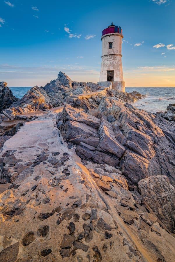 品柱耶老岛的灯塔在撒丁岛,意大利 免版税库存图片
