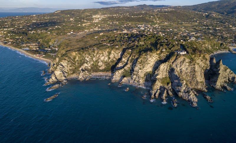 品柱Vaticano,卡拉布里亚,意大利鸟瞰图  黎卡提 灯塔 神的海岸 Calabrian海岸的海角 图库摄影