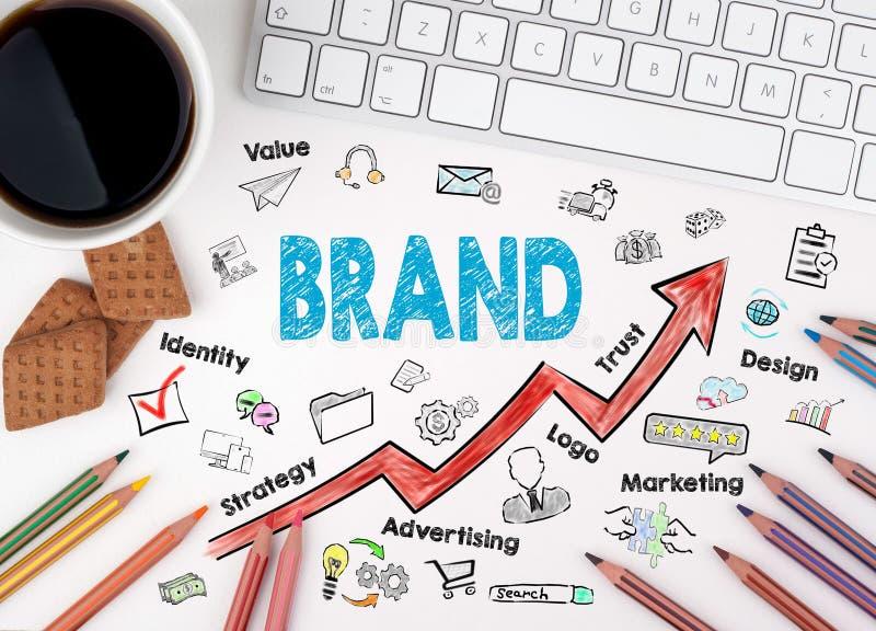 品牌企业概念 键盘和咖啡在一张白色桌上的 库存图片