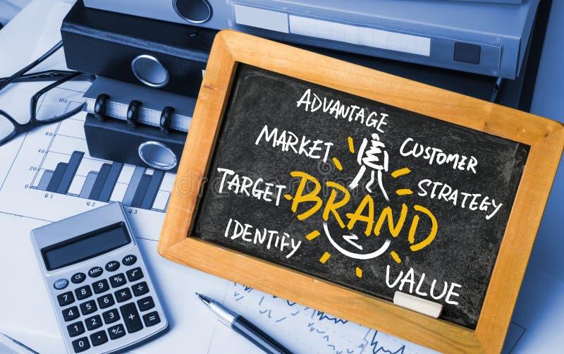 品牌想法电灯泡手写在黑板 库存图片