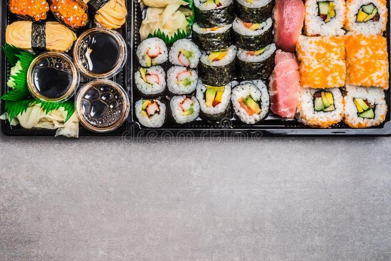 品种寿司:卷, nigiri, maki,展开,并且里面在灰色石背景,顶视图滚动 库存图片