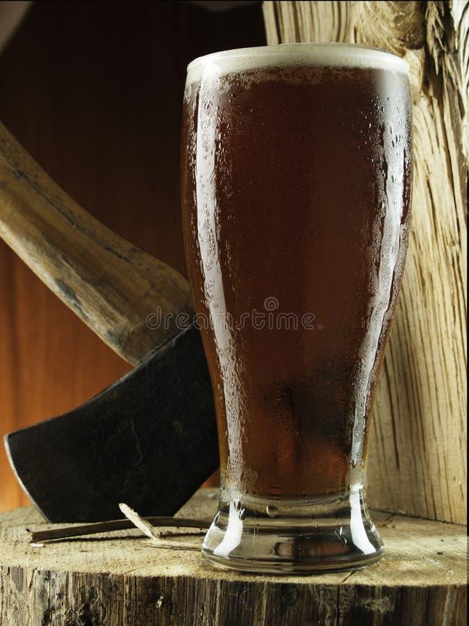 品脱在斩肉板的啤酒 库存图片