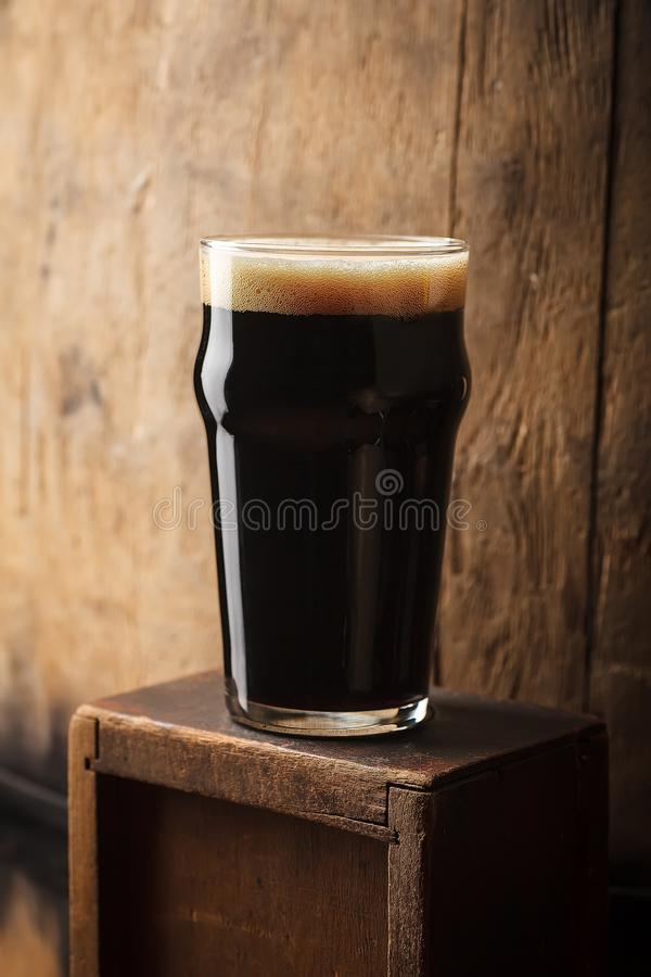 品脱在桶附近的烈性黑啤酒 免版税图库摄影