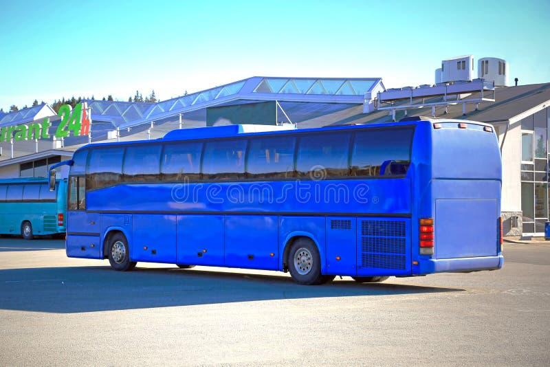 品蓝教练公共汽车等待乘客 图库摄影