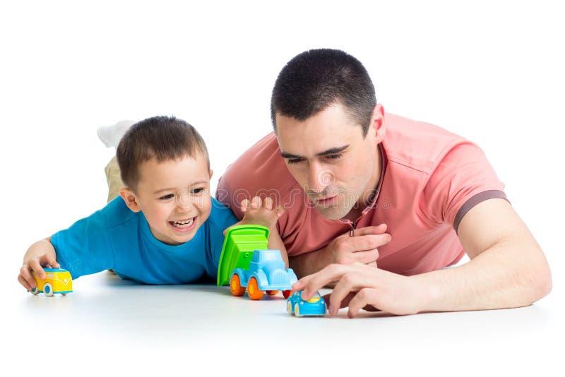 哄骗与汽车玩具的男孩和父亲戏剧 免版税图库摄影