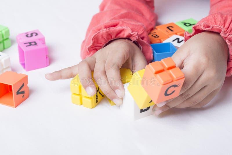 哄骗即插即用` s的手字母表玩具 库存图片