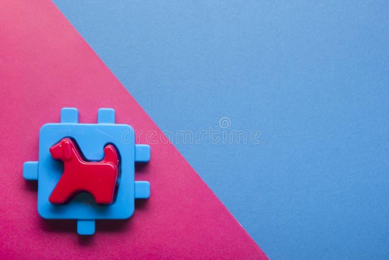 哄骗在五颜六色的背景的教育开发的玩具框架 顶视图 平的位置 复制文本的空间 库存图片