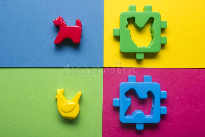哄骗在五颜六色的背景的教育开发的玩具框架 顶视图 平的位置 复制文本的空间 库存照片