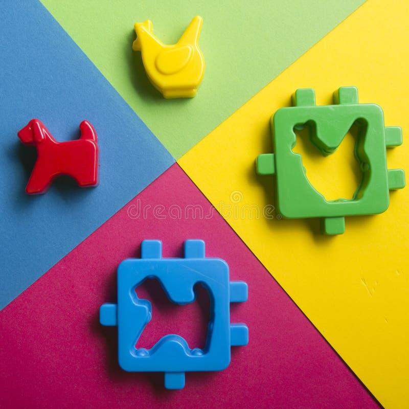 哄骗在五颜六色的背景的教育开发的玩具框架 顶视图 平的位置 复制文本的空间 免版税图库摄影