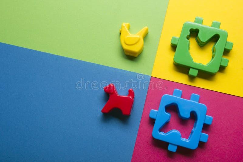 哄骗在五颜六色的背景的教育开发的玩具框架 顶视图 平的位置 复制文本的空间 免版税库存照片