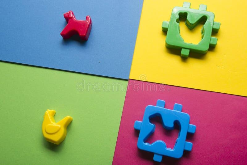 哄骗在五颜六色的背景的教育开发的玩具框架 顶视图 平的位置 复制文本的空间 图库摄影