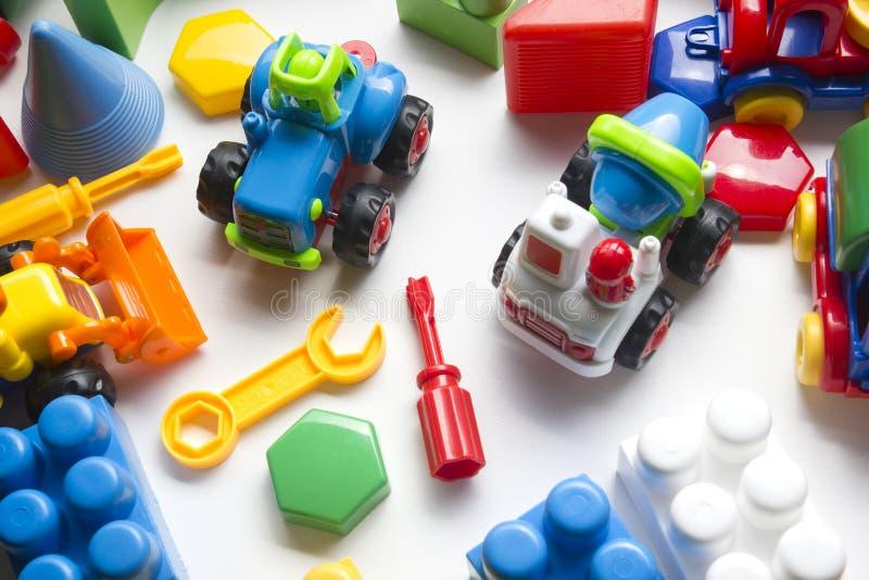 哄骗在白色背景的教育开发的玩具框架 顶视图 平的位置 复制文本的空间 库存图片