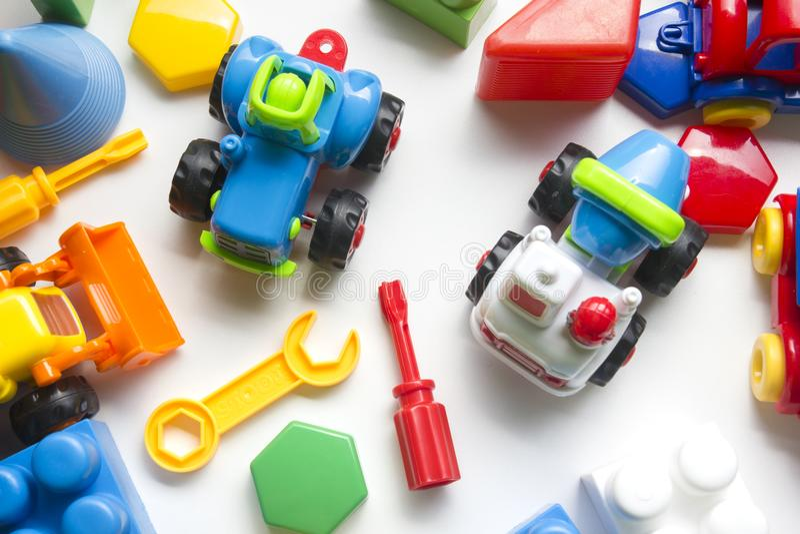 哄骗在白色背景的教育开发的玩具框架 顶视图 平的位置 复制文本的空间 免版税库存照片