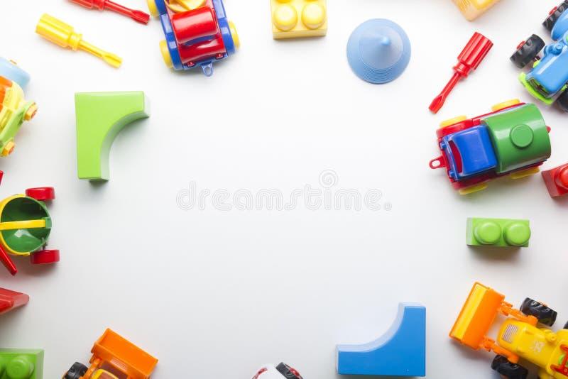 哄骗在白色背景的教育开发的玩具框架 顶视图 平的位置 复制文本的空间 免版税库存图片