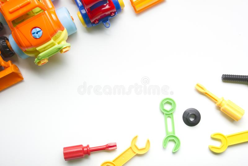 哄骗在白色背景的教育开发的玩具框架 顶视图 平的位置 复制文本的空间 图库摄影