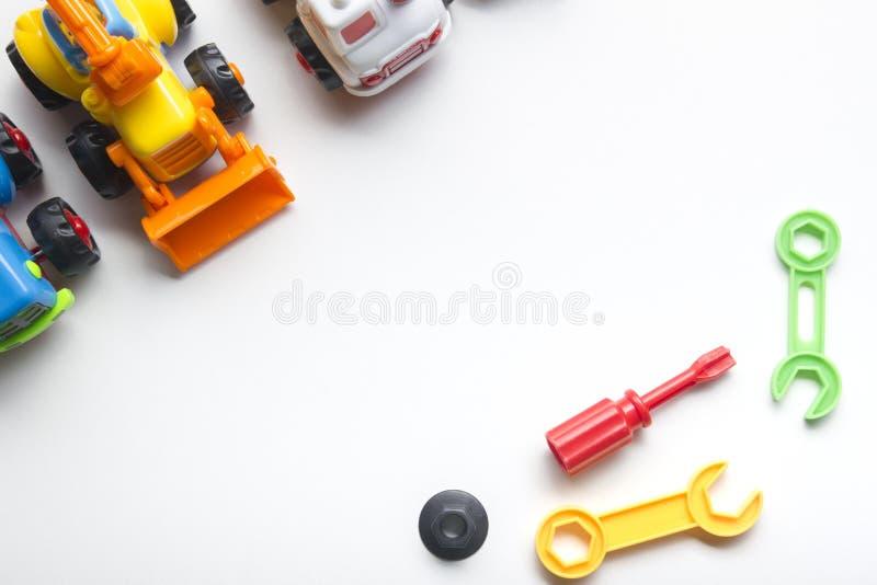 哄骗在白色背景的教育开发的玩具框架 顶视图 平的位置 复制文本的空间 库存照片