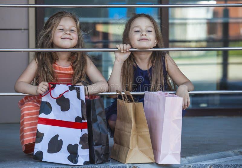 哄骗在购物中心中的女孩夫人 图库摄影