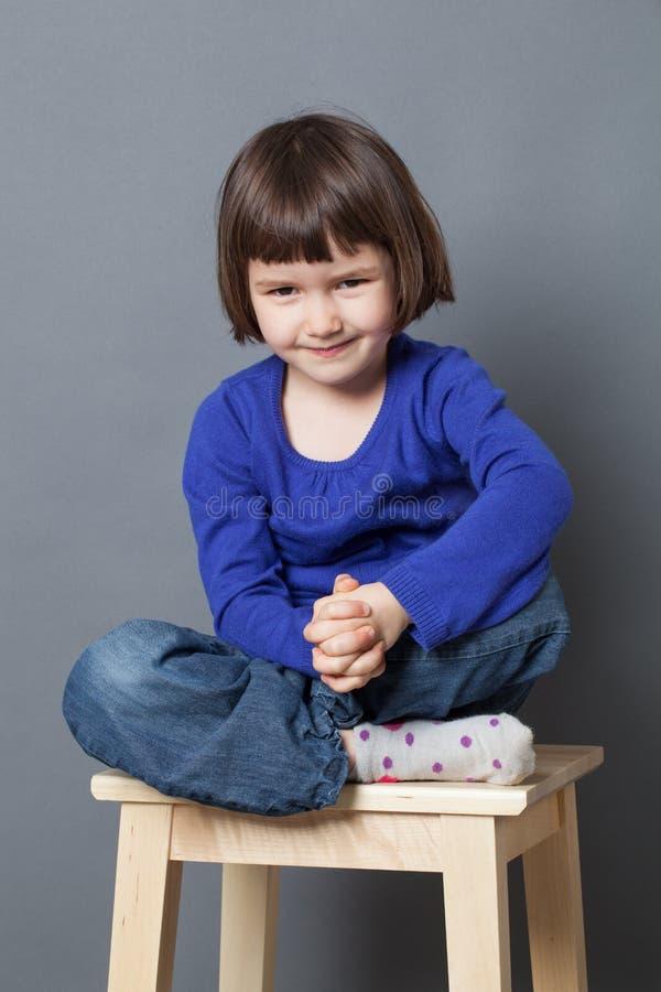 哄骗微笑的学龄前儿童放松的福利概念 库存照片