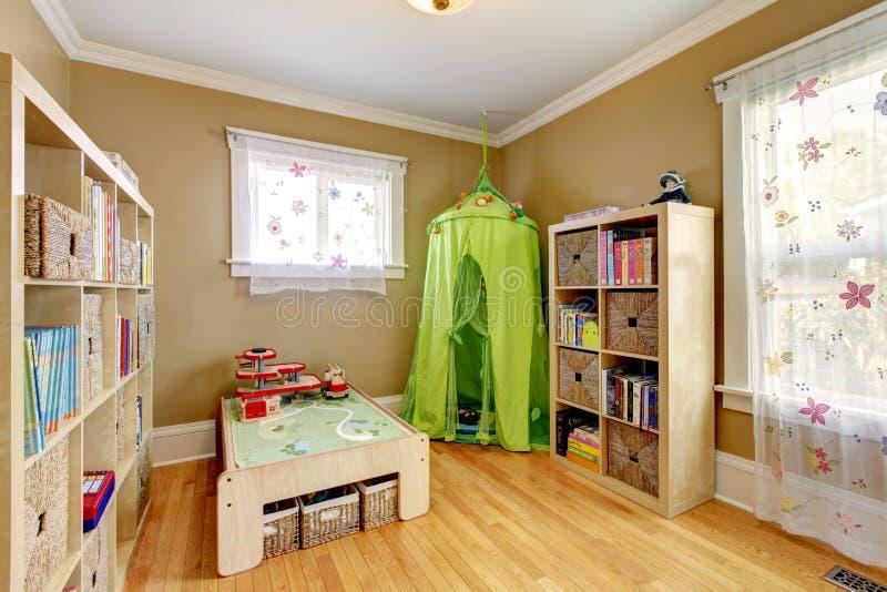 哄骗有一个绿色帐篷的室 库存照片