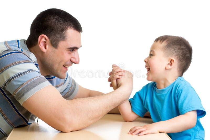 哄骗竞争在体力的男孩和爸爸 库存照片